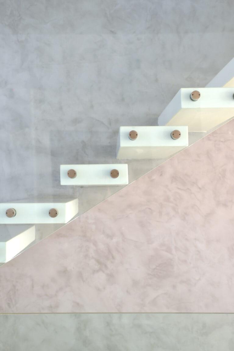 תקריב מדרכי הקוריאן ומעקה הזכוכית של המדרגות