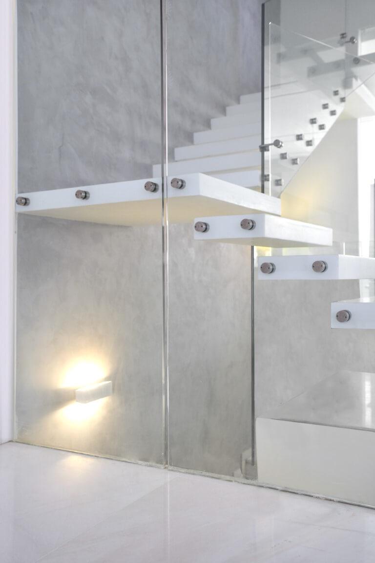 התשקפות של אור במעקה הזכוכית ומדרכי קוריאן שעולים למעלה