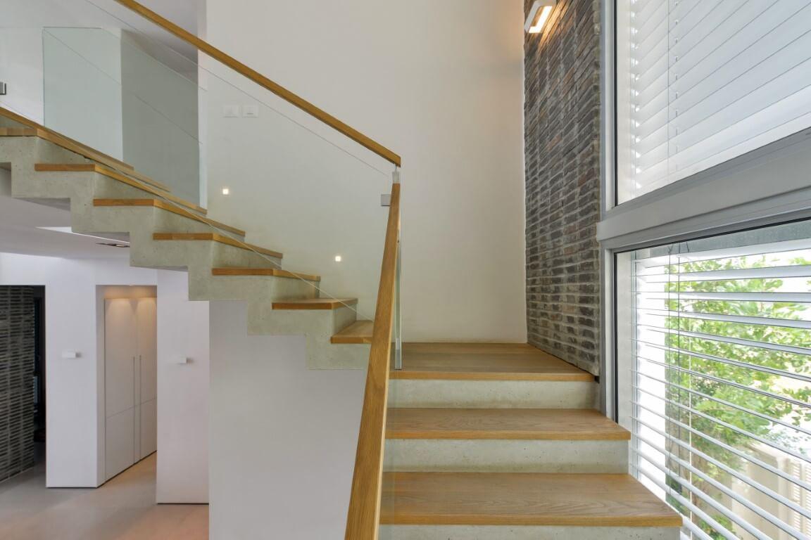 מבט אל הקיר מגרם מדרגות העץ
