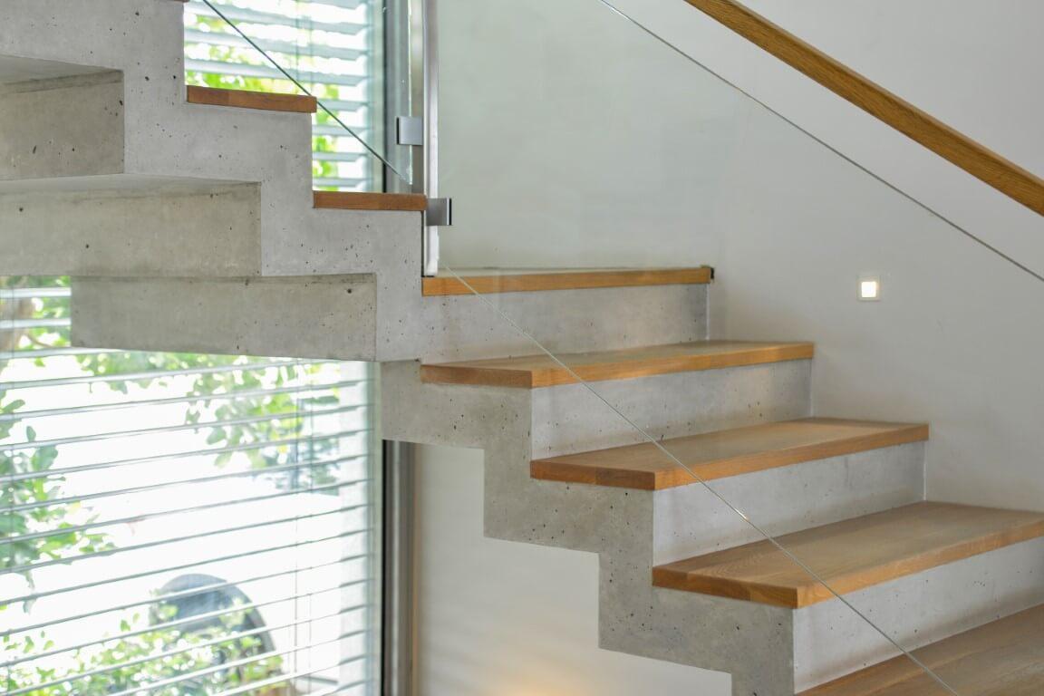 חיבור בין שני גרמי מדרגות עץ