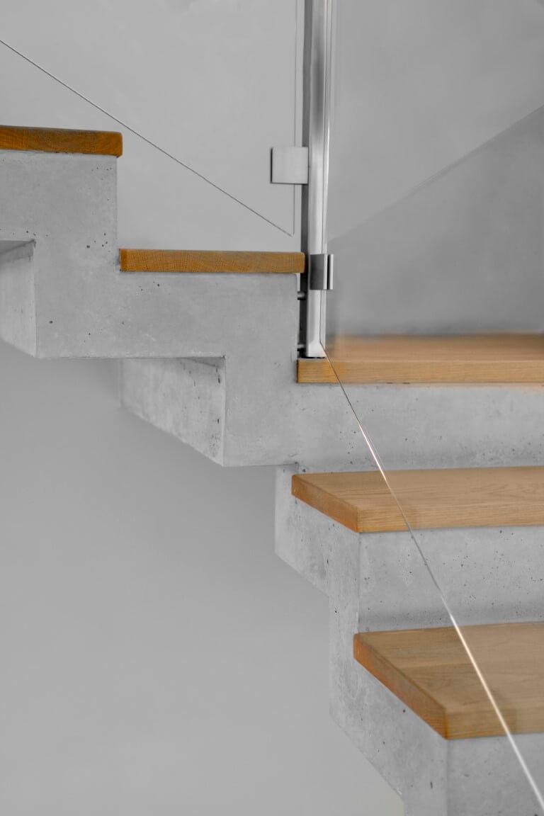 נרוסטה, זכוכית, עץ אלון אמריקאי ובטון מתחברים במקום בו מתחברים גרמי המדרגות