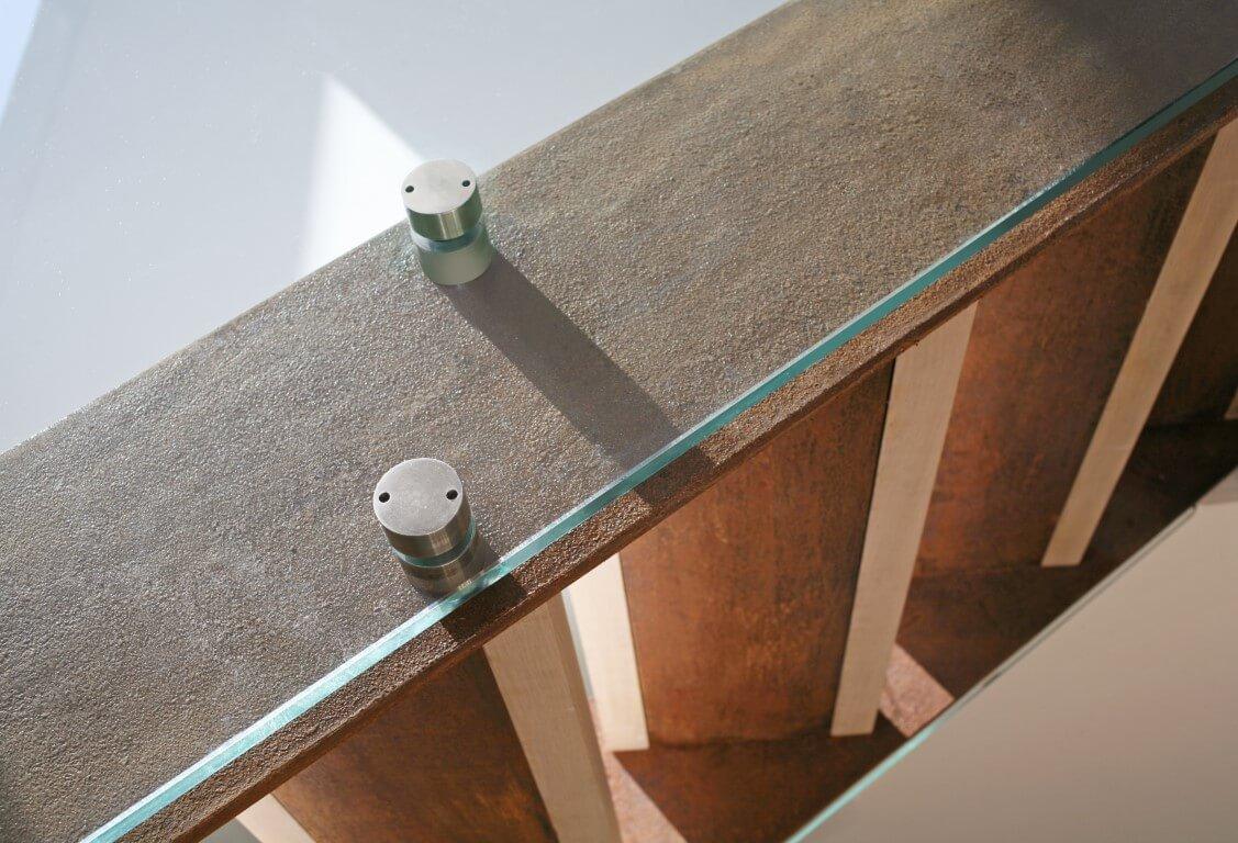 מדרכי המדרגות מעץ וחיבורי המעקה עם המדרגות במבט מלמטה