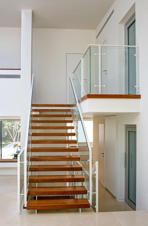 מבט רחב על המפלס העליון וגרם מדרגות הברזל עם מדרכי העץ