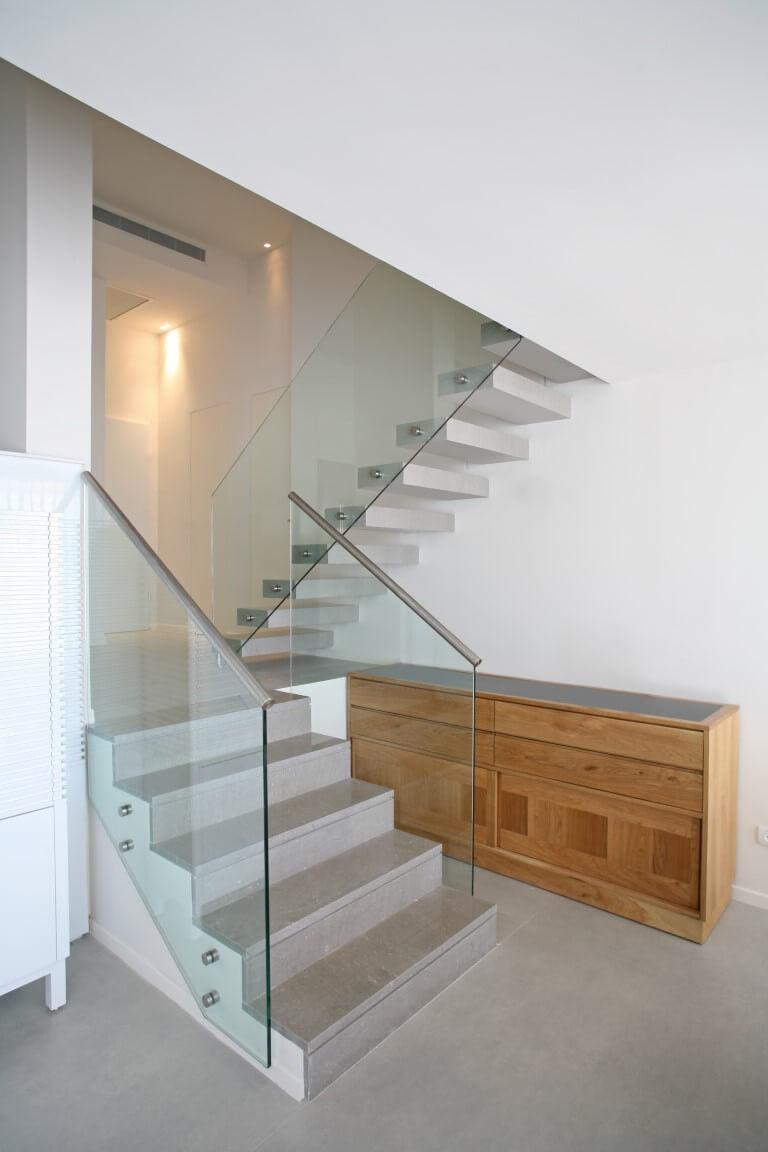 שני גרמי מדרגות אחד מרחף אחד רגיל עם מדרכי שיש ומעקה זכוכית