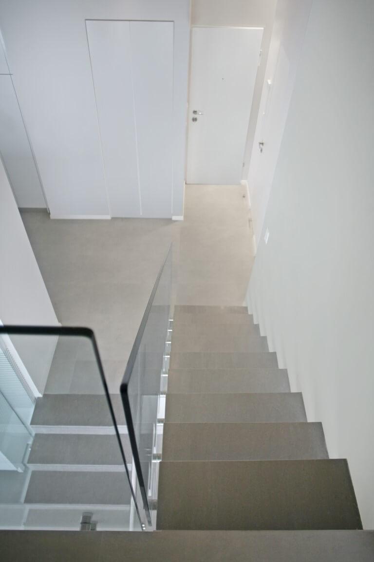 מבט על על שני גרמי מדרגות משיש ומעקה זכוכית