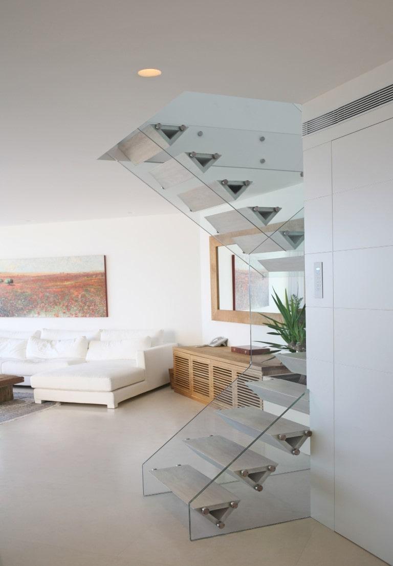 מבט על הסלון ומדרגות עץ האלון שעולות ממנו אל המפלס העליון