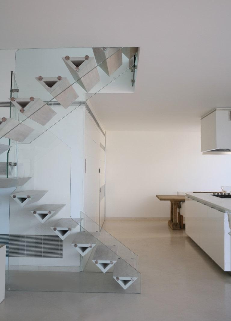 מדרגות צפות מעץ אלון מולבן לצד פינת האוכל והמטבח