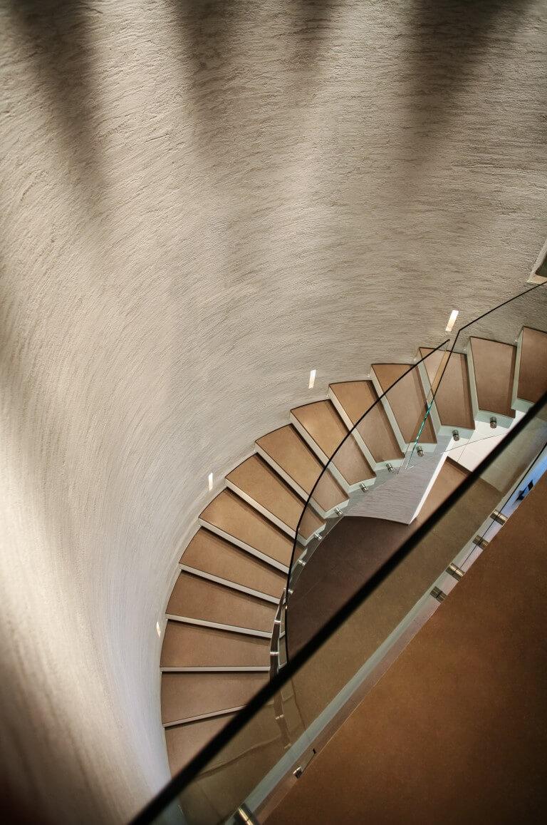 מבט מהקומה השניה אל המדרגות הספירליות שעולות מהקומה הראשונה