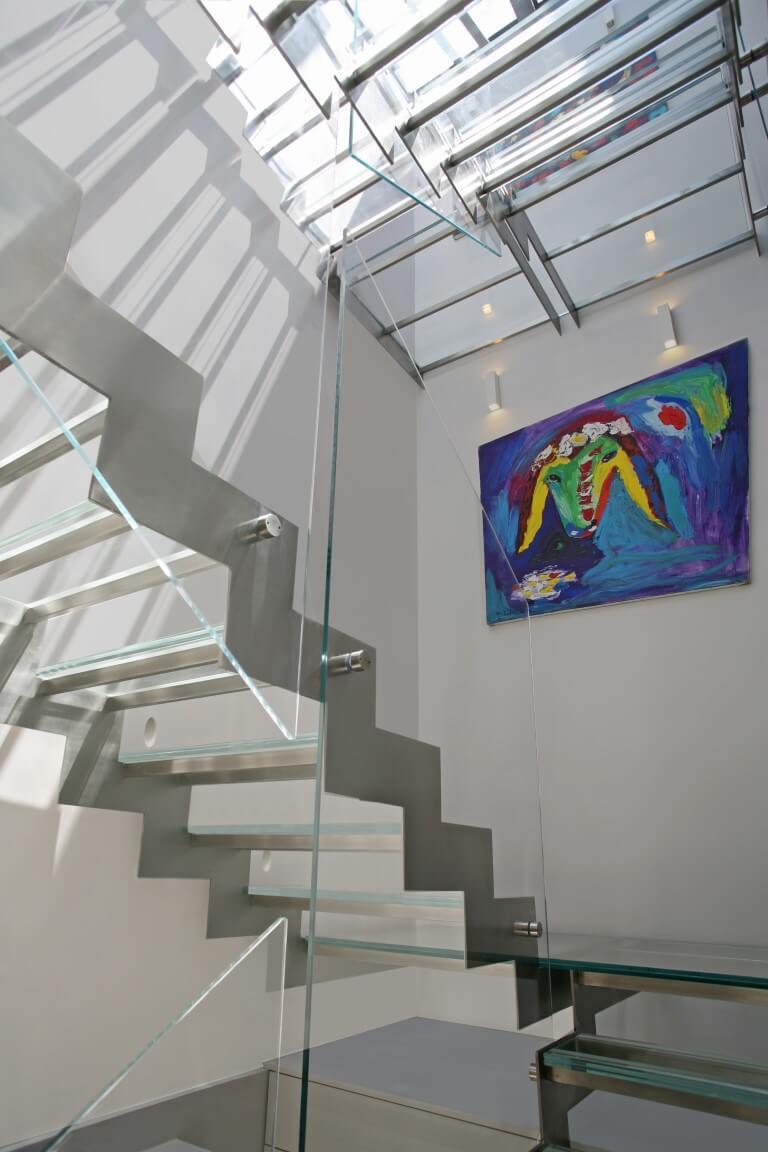 הכבשה של קדישמן על קיר מלווה את העולים במדרגות הנירוסטה והזכוכית השקופה