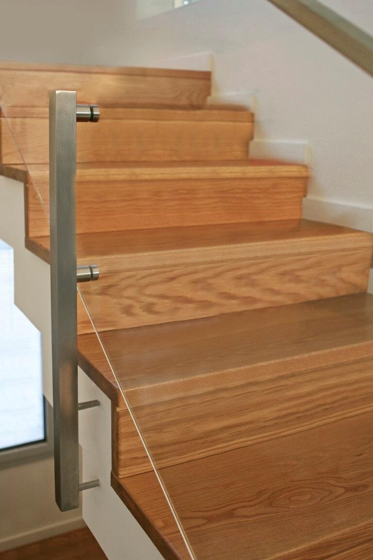 פוקס על מדרכי עץ האלון מבעד למעקה הזכוכית