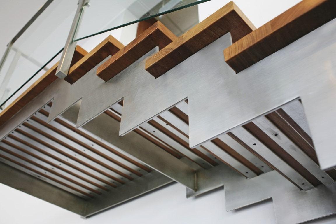 ארבעה מדרכי עץ אירוקו על גבי מדרגות נירוסטה מתחברים לפלטפורמה העליונה