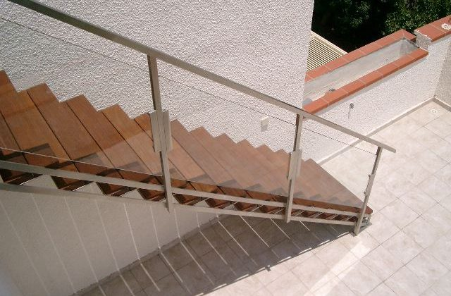 מדרגות חוץ עם מעקה זכוכית משולב נירוסטה