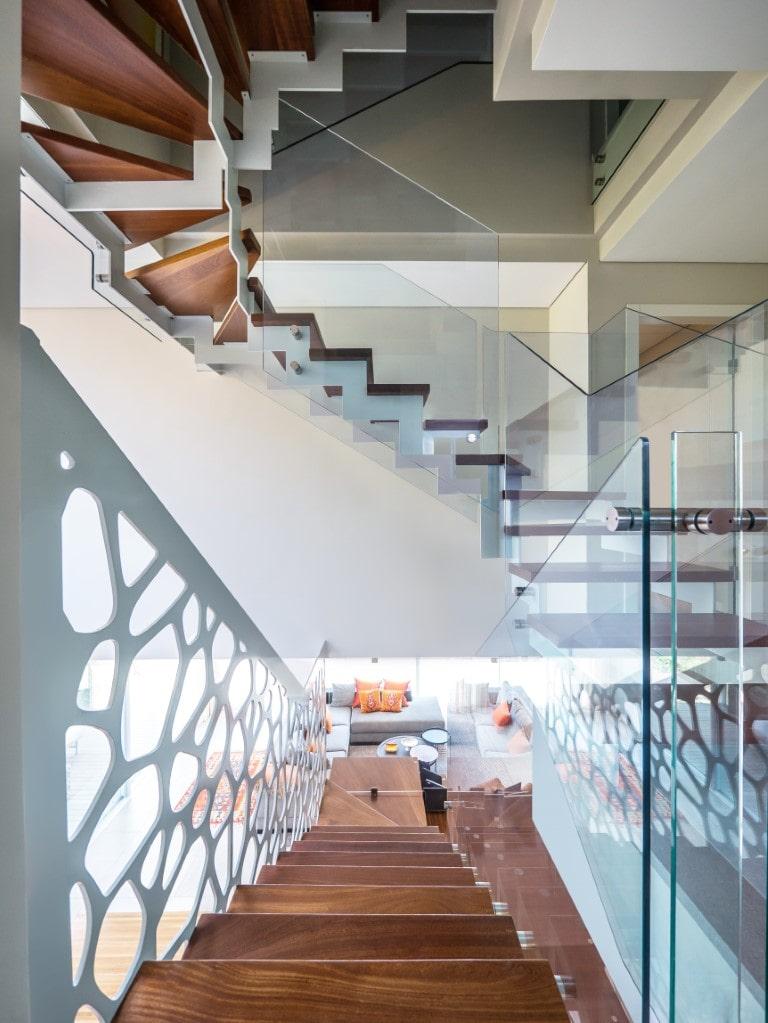 ארבע גרמי מדרגות עץ מרחפות עם מעקה זכוכית שקוף ונקי