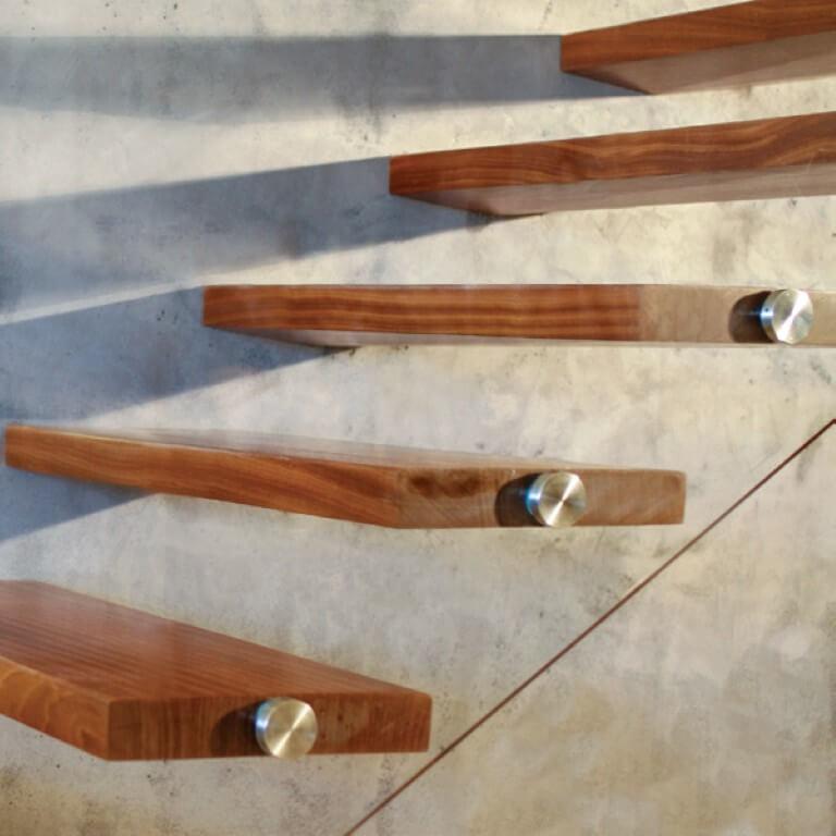 מדרכי המדרגות בולטות מהקיר