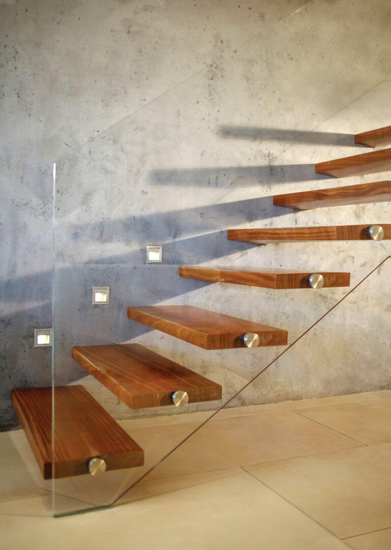 גרם מדרגות מרחפות מעץ בסמוך לקיר